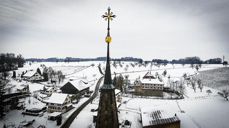 Kirchturmspitze Hagenwil - Hintergrund Hagenwiler Wasserschloss - Winterhochzeit mit Happy Day Movie